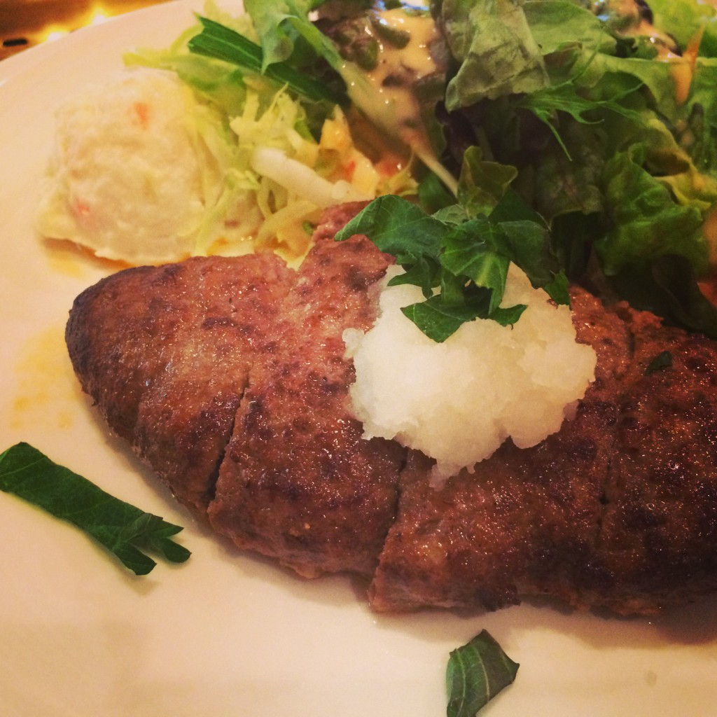 宝塚歌劇ファン御用達!あっさり味の千屋牛ハンバーグステーキ(おろしポンズ)